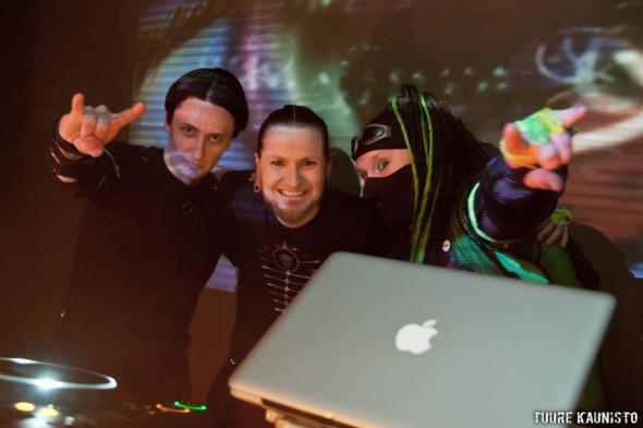 DJ Shades ja kaveri Hellfire Clubilla